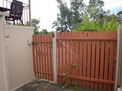 Yet another non-compliant gate between the street & the pool zone which is secured only with a barrel bolt & a padlock – note the climbable 45 degree adjustable brace & the vertical gaps between the palings which exceed the maximum allowable gap of 10mm.